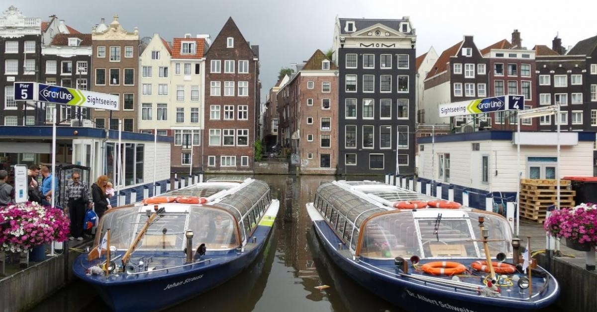 Речные трамвайчики в Амстердаме.